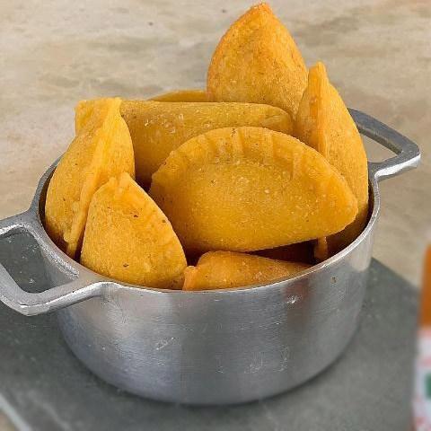 Pastel de Angu de Carne seca com Requeijão